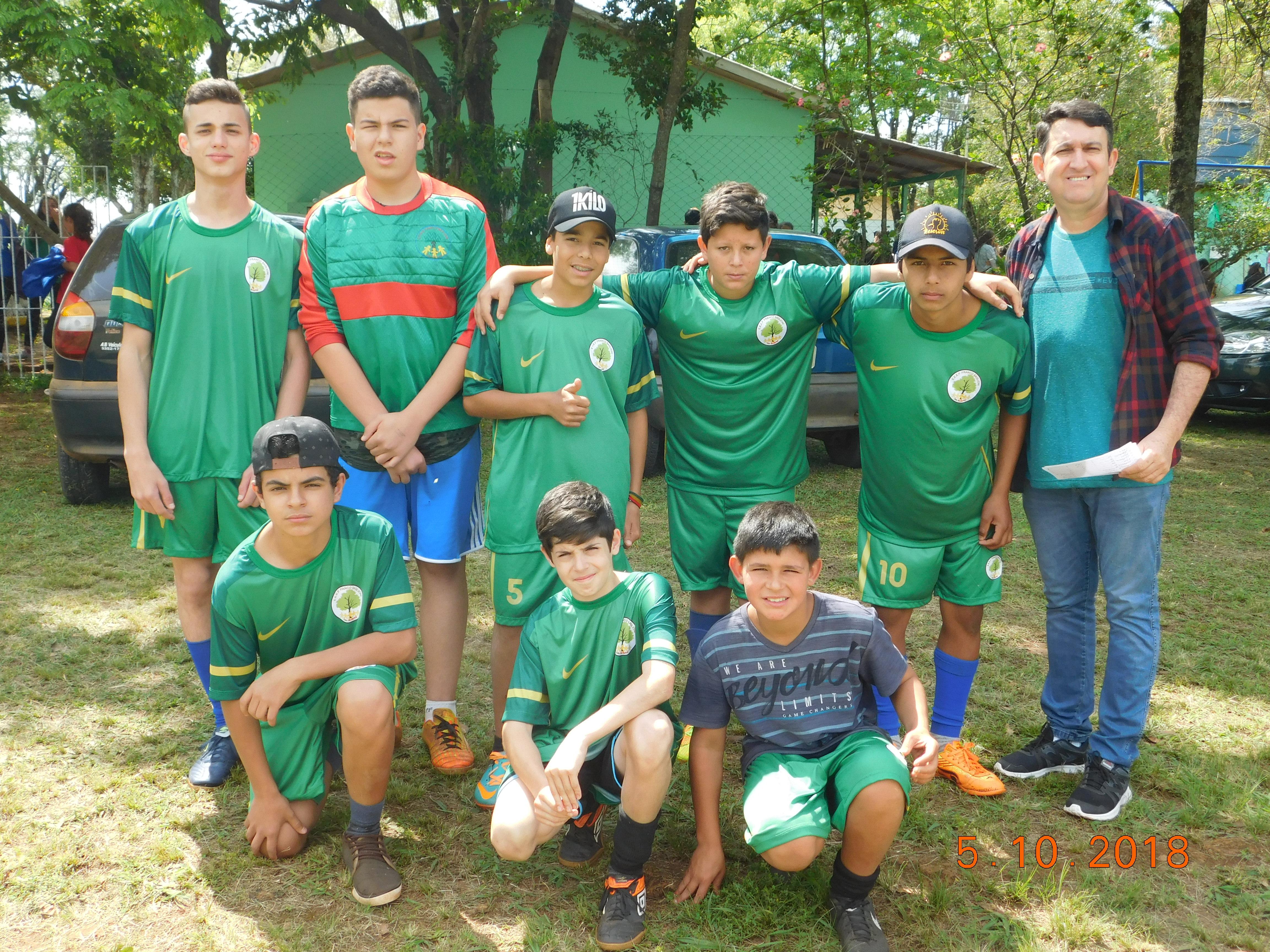 Uniforme esportivo adquirido com os recursos do NFG sendo utilizado pelos  alunos em torneio de futebol de integração de escolas do campo. 118eddac6cb6b